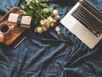 laptop, róże, portfel, pościel granatowa, strona internetowa
