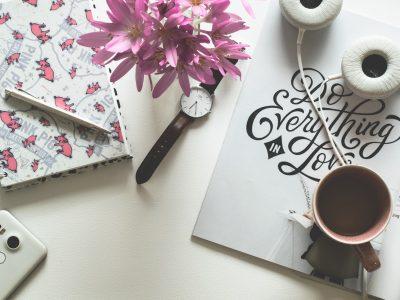 desk, biurko, kwiaty, kawa, urlop macierzyński